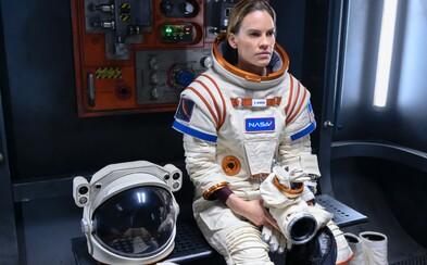 Hilary Swank se v seriálu od Netflixu vydává na Mars. Vydrží 3 roky ve vesmíru oddělená rodiny, která ji potřebuje?