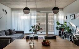 Hipsterské bývanie s nádychom Škandinávie pre mladú rodinu, ktorému dominuje betón a dubové drevo