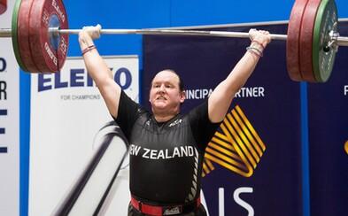Historicky prvá novozélandská transgender vzpieračka vo svojom debute prevalcovala súperky. Laurel vylepšila štyri rekordy a dominantne zvíťazila