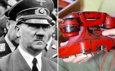 Hitlerův osobní telefon, který nosil všude s sebou, se chystají vydražit za 300 tisíc dolarů. Vzácné předměty si z bunkru odnesl americký voják