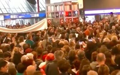 Hlavní nádraží v Praze se rozezvučelo hlasy stovek zpěváků. Halou zněla Rybova Česká mše vánoční