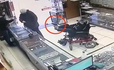 Hluchonemý tínedžer na vozíčku sa snažil okradnúť klenotníctvo s hračkárskou zbraňou. Pištoľ držal nohami