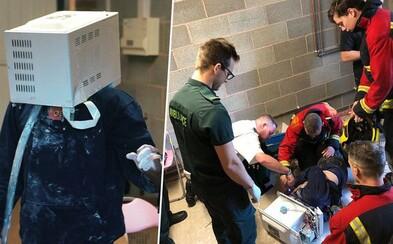 Hlúpy youtuber vopchal hlavu do mikrovlnky plnej cementu, aby splnil bizarnú výzvu. Od smrti nebol ďaleko a vyťahovať ju museli záchranári