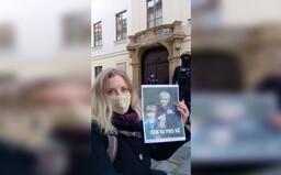 Hnutí Extinction Rebellion znovu protestuje. V rámci Velké rebelie dnes sedělo před Poslaneckou sněmovnou.