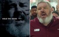 Hodor z Game of Thrones si zahrál v perfektní reklamě od KFC. Nemusel sice držet dveře, ale i tak se mu podařilo slova zkomolit
