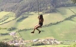 Hojdačka vo výške 30 metrov na severe Slovenska ti zdvihne adrenalín. Fantastický výhľad na okolie aj hrad sa nachádza pri Žiline