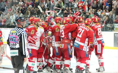 Hokejisté Slavie Praha odmítli nastoupit na zápas kvůli ohlášenému propouštění hráčů. Klub musel narychlo povolat juniorku, která dostala pořádnou nakládačku