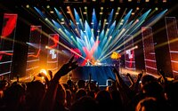 Holandská vláda zorganizovala obrovskú párty pre 1 300 ľudí. Skúmali riziko nákazy koronavírusom v klube