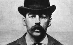 Holmes postavil ve svém hotelu labyrint, kde chladnokrevně vraždil své hosty, milenky a podnájemníky