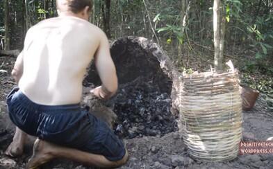 Holými rukami vyrobil drevené uhlie. Šikovný chlapík aj naďalej ukazuje, čo všetko človek v prírode dokáže