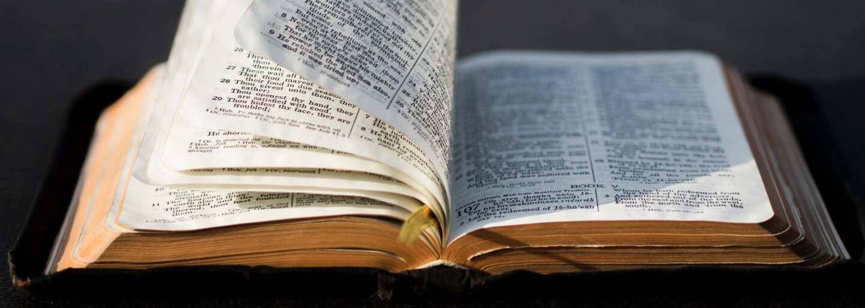 Škola přinutila homosexuálního studenta číst Bibli. Bill musí za trest věnovat čas knize, dle níž by měli gayové zemřít