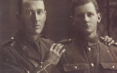Homosexuální vojáci z první světové války spolu žili roky v utajení. Nafotili lechtivé fotografie, ale společnost jejich vztah nakonec zničila