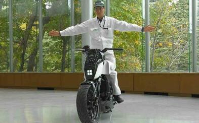 Honda predstavila motocykel, ktorý popiera gravitačné zákony. Vďaka novej funkcii z neho len tak ľahko nespadneš