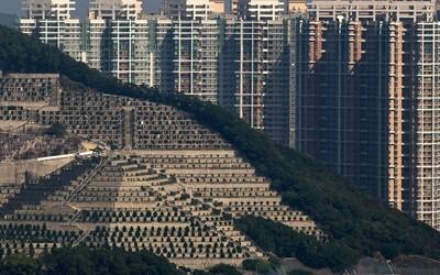 Hongkongu dochází místo na hřbitovech a lidé pohřbívají blízké různými způsoby. Nechávají je přetvořit na drahokamy