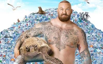 Hora z Game of Thrones bojuje proti plastovým odpadom s pomocou spievajúcej korytnačky