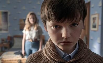 Hororový seriál The Haunting of Bly Manor bude plný démonů. Jednoho z nich v traileru umlčelo malé děvčátko