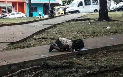 Horúčavy v Argentíne prinútili dievčatko piť vodu rovno zo zeme. Obraz veľkej chudoby a zúfalstva dojal ľudí po celom svete