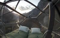 Hotel jen pro odvážné: návštěvníci mohou strávit noc v prosklených kabinách upevněných na útesu