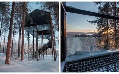 Hotel zakliesnený medzi stromami uprostred švédskej prírody, ktorému dominuje sklo a moderna
