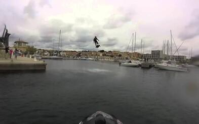 Hoverboard preletel nad morom cez 2 kilometre a zapísal sa do Guinnessovej knihy rekordov. Vie lietať až 10 minút a dosiahnuť rýchlosť 150 kilometrov za hodinu