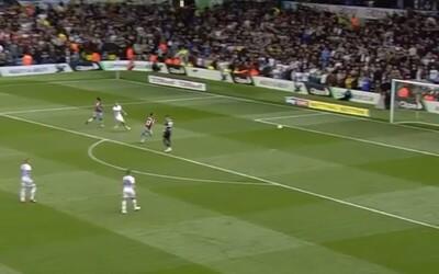 Hráč v anglickej lige strelil bizarný gól bez toho, aby súper bránil. Takýto chaos na ihrisku si možno ešte nikdy nevidel