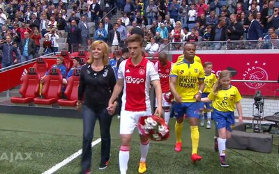 Hráči Ajaxu si pred zápasom na trávnik priviedli svoje matky, aby si milým gestom uctili ich dnešný sviatok