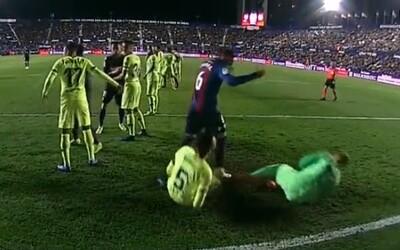 Hráči Barcelony předvedli trapné divadlo. Simulace Busquetse a Cillessena přišla ve stejnou chvíli