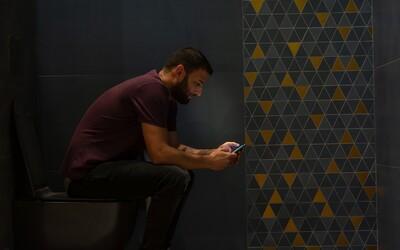 Hraní na telefonu během sezení na záchodě může vést k vážným zdravotním problémům