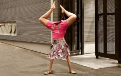Hravé fotografie ľudí chodiacich po rukách v uliciach Paríža