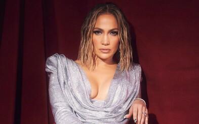 Jennifer Lopez či The Weeknd s oblepenou tváří. Letošní American Music Award přinesly skvělé outfity
