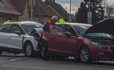 Hromadná nehoda v Bratislave blokovala dva pruhy, jedna osoba je zranená
