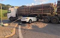 Hrozivá scéna ako z hororového filmu: v Žilinskom kraji sa zrazilo osobné auto s kamiónom