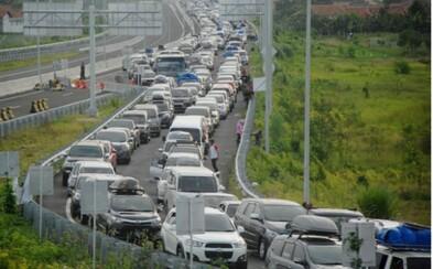 Hrozivá zápcha v Indonézii, kde sa premávka zasekla pri diaľničnom zjazde. Vysoké teploty si v nej vyžiadali aj obete