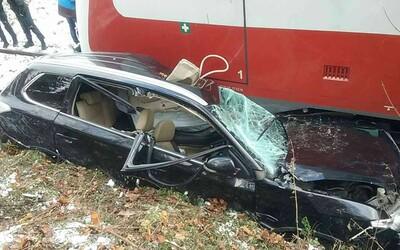 Hrozivá zrážka vlaku s osobným autom pri Bardejove. Vodič utrpel ťažké zranenia