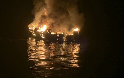 """Hrozivý telefonát z lodi smrti, která shořela: """"Mayday, nemůžu dýchat,"""" byla poslední slova lidí zamčených v podpalubí"""