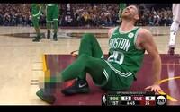 Hrôzostrašné zranenie z NBA, ktoré v sekunde takmer ukončilo hráčovi kariéru. Hayward v debutovom zápase nešťastne doskočil