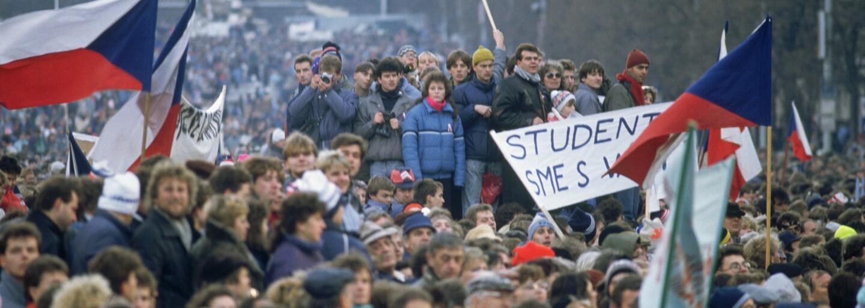 Hrubý zásah proti študentom 17. novembra 1989 spustil Nežnú revolúciu a spôsobil pád komunistov. Ľudí bili obuškami aj na úteku