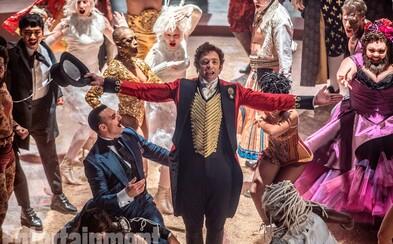 Hugh Jackman sa na prvých obrázkoch k humornému muzikálu Greatest Showman stáva zakladateľom cirkusu
