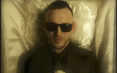 Hugo Toxxx a Dokkeytino tě ve společném videoklipu zvou na šílenou party plnou facek. Rozj***u ti face