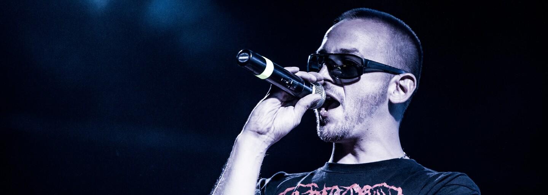 Hugo Toxxx novým trackem dokazuje, že se s plnou vervou vrací rozvířit vody zakaleného rapového rybníku v Česku