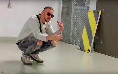 Hugo Toxxx vydražil obraz z klipu na skladbu Kei za 100 000 korun