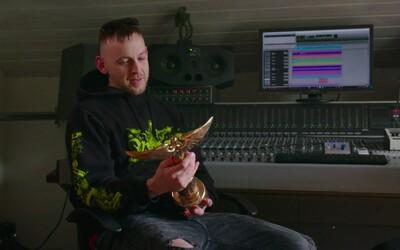 Hugo Toxxx vyhrál cenu Anděl v kategorii rap. Obratem vydal dvojklip, v němž se soškou pózuje