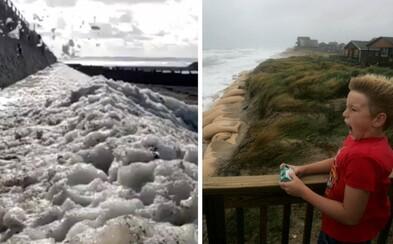 Hurikán Ophelia priniesol so sebou nevídaný úkaz. Ľudí prekvapilo penové tsunami