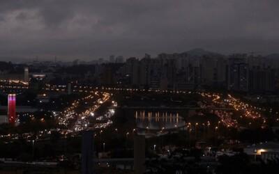 Hustý dym z obrovského požiaru Amazonského pralesa zahalil Sao Paulo do tmy priamo uprostred dňa