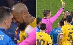 Hviezda Barcelony dostala dve žlté karty naraz. Najskôr nešetrný faul, potom hlavička do hráča