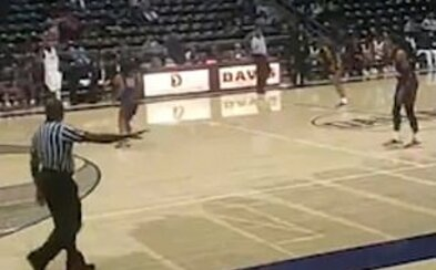 Iba 15-ročný mladík strieľal počas stredoškolského basketbalového zápasu. Po výstrele sa dav rozutekal von z haly