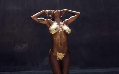 Iba zlatá farba zakrýva vynikajúcu postavu Teyany Taylor v krátkom hudobnom videu