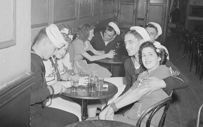Idylické dobové záběry z amerického baru během války. Odcházející vojáci, slečny a spousta alkoholu