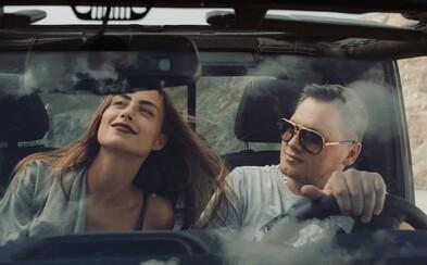 Igor Kmeťo a Rytmus sa naháňajú na červených Ferrari v najnovšom videoklipe plnom krásnych dievčat