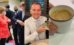 Igor Matovič ukazuje mušle, kávu, informuje, že ide na pivo a hranolky. Čo vyvádza premiér v Bruseli ako pokročili rokovania?